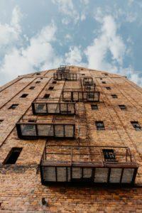 Gebäude mit freihängenden Balkonen